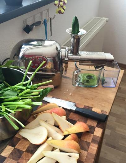 Ein Slow Juicer, welcher gerade schonend Gemüse entsaftet