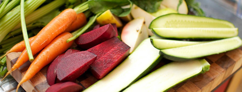 Obst und Gemüse, was zum entsaften vorbereitet wurde